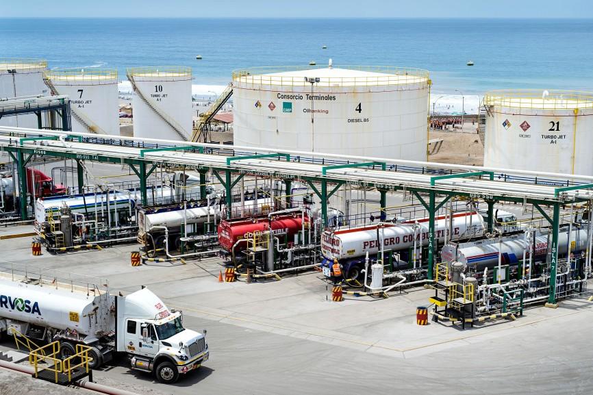 In Mollendo an der Pazifikküste nehmen TÜV-Mitarbeiter eine Materialprüfung an einem Treibstofftank vor.
