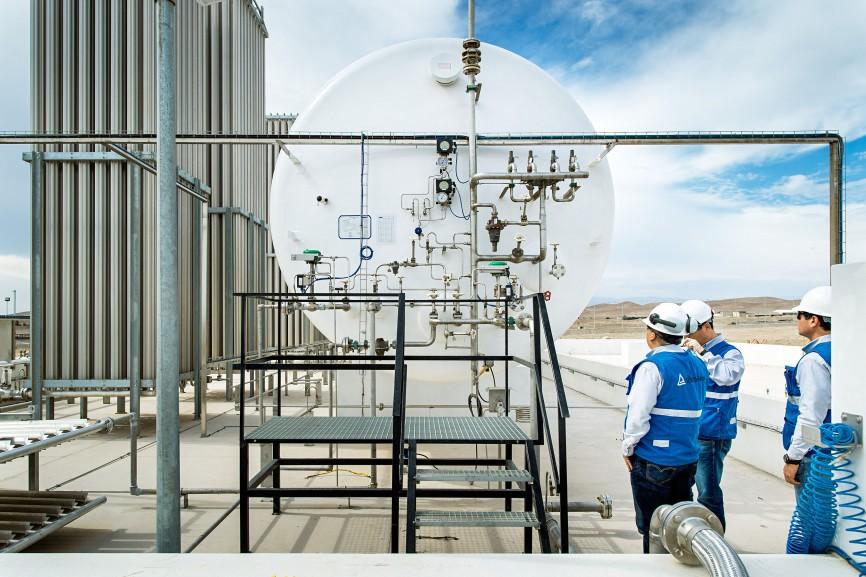 Zwischen Mollendo und Arequipa überprüfen TÜV-Mitarbeiter eine Anlage zur Erdgaskonversion.