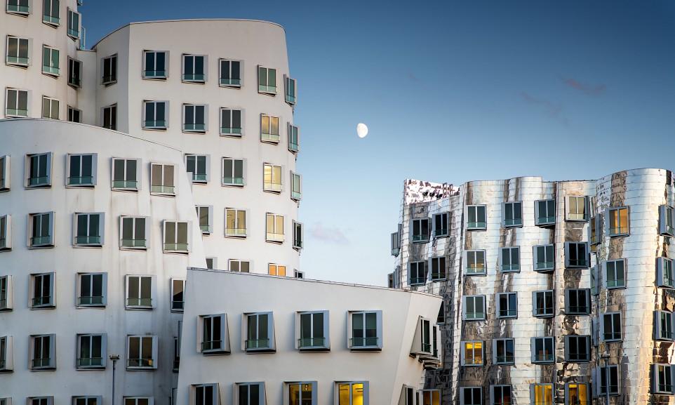Die Gehry-Bauten am Neuen Zollhof im Düsseldorfer Medienhafen